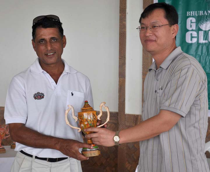 Srimoy Kar (left) receives the trophy after winning the 5th BGC Corporate Golf Tournament in Bhubaneswar on <b>Dec 13, 2009.