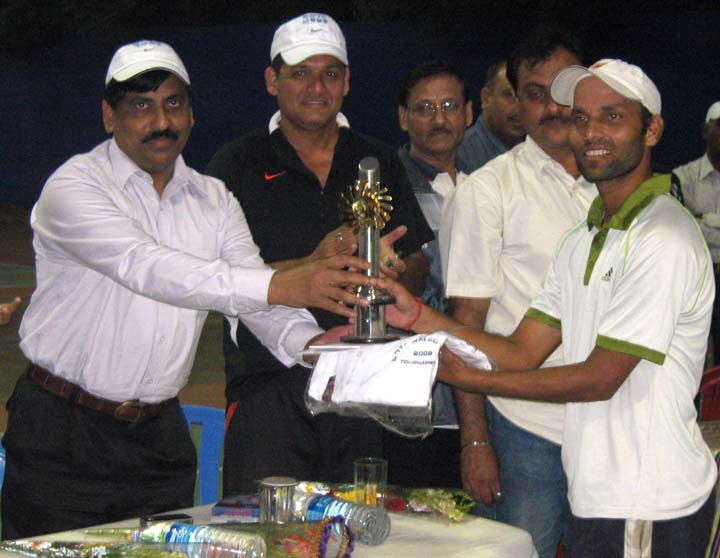 <b>Ajay Nishank</b> (R) recives his trophy at the 11th Nalco Open All-Orissa Tennis Tournament in Bhubaneswar on <b>Dec 13, 2009.