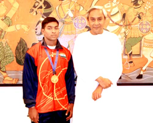Orissa`s international weightlifter <b>P Ravi Kumar</b> with Chief Minister Naveen Patnaik at Bhubaneswar in 2009.