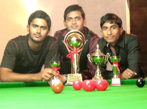 CSA billiards and snooker champion Subrat Das with S P Patnaik (R) and Devbrat Rout (L) in Bhubaneswar on <b>January 31, 2010.