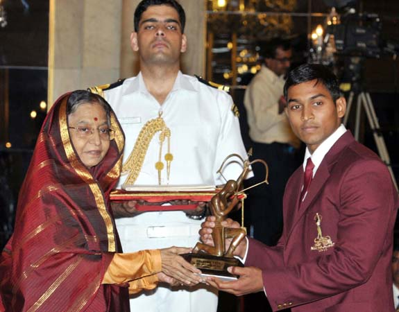 Orissa lifter K Ravi Kumar receives the Arjuna Award from President Prativa Devi Singh Patil in New Delhi on August 29, 2011.