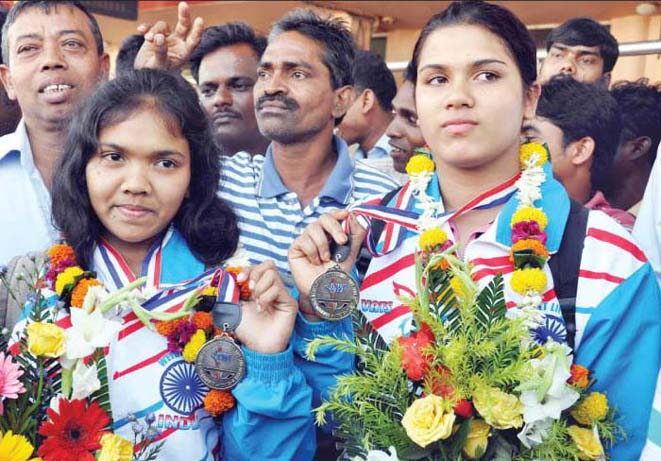 Orissa weightlifters Minati Das (Left) and Subhasmita Mohanty display their Commonwealth medals in Bhubaneswar on October 18, 2011.