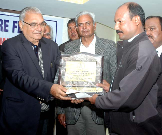 Ganesh Jena recieves Bharat Gourav Samman in the 18th National Adventure Festival at Chandigarh on Feb 10, 2012.