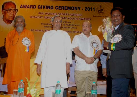 Debi Prasanna Mohanty (1st from right) receives the Biju Patnaik Award as Outstanding Sports Journalist in Bhubaneswar on March 5, 2011.