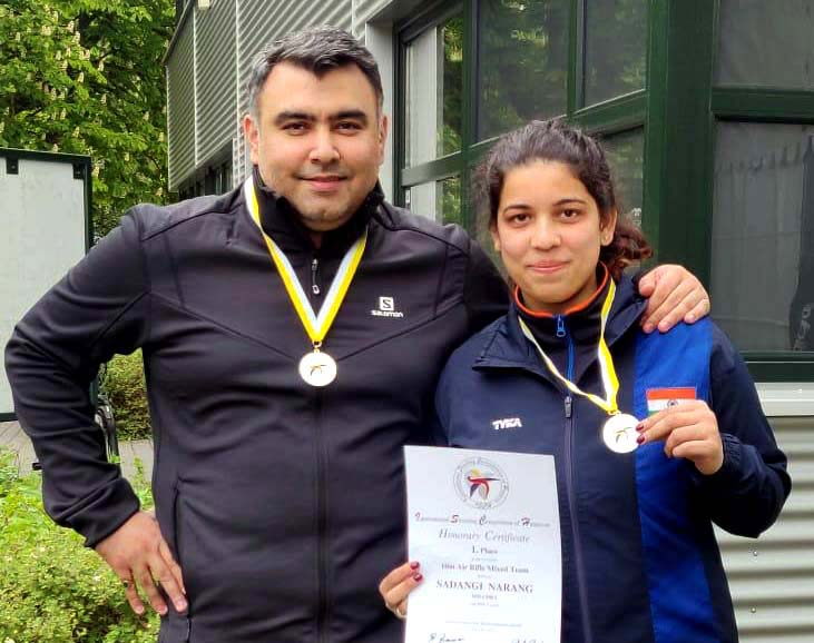 Shriyanka Sadangi and Gagan Narang pose with their gold medals in Hannover on 8th May, 2019.