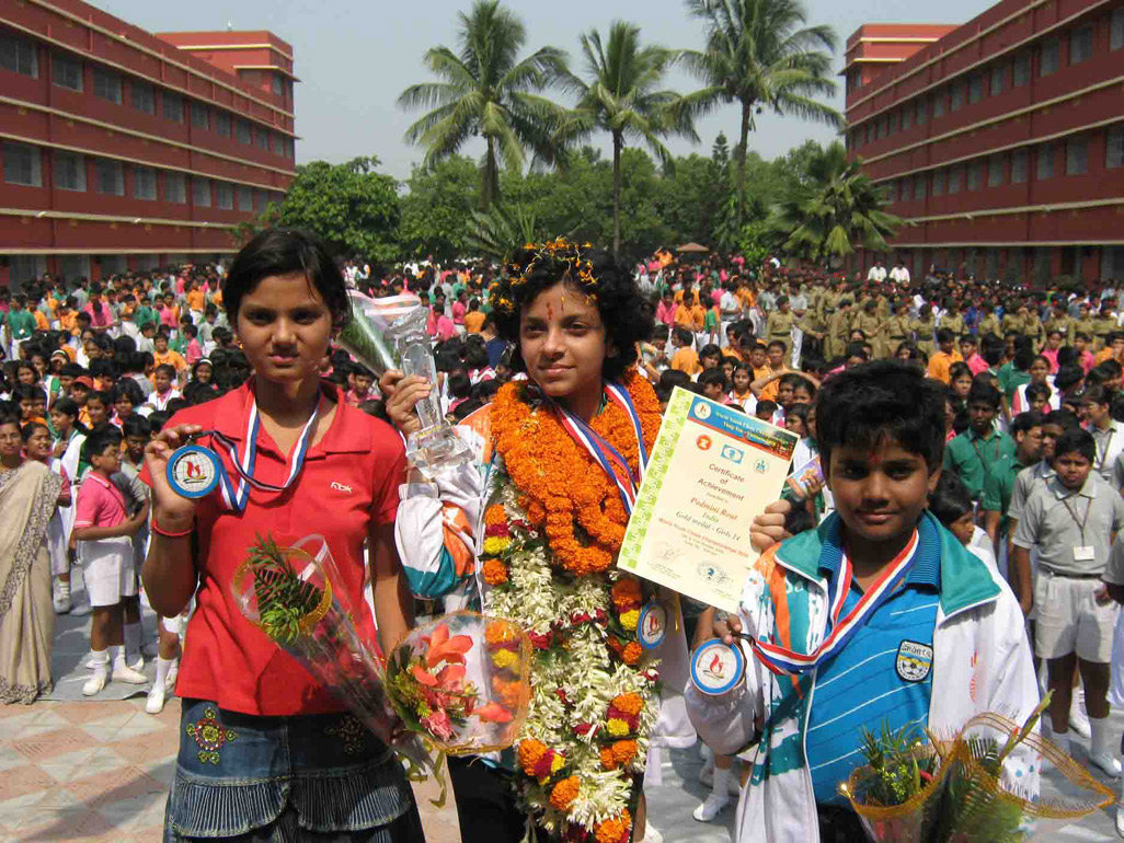 Sunyasakta Satpathy, Padmini Rout and Sidhant Mohapatra display their World Youth Chess Championship medals at Chandrasekharpur DAV School in Bhubaneswar on Nov 1, 2008.