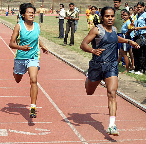 Saraswati Chand (Right) beats Namita Kabat to win the 800m title at the State Women`s Sports Festival in Bhubaneswar on <b>Nov 6, 2008.