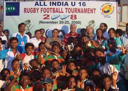 Former India cricket captain <b>Sunil Gavaskar </b>with prize winners of the All-India Under-16 Rugby Tournament at KIIT Campus in Bhubaneswar on Nov 25, 2008.