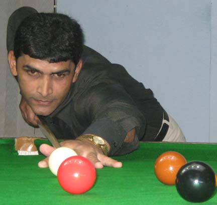 <b>Khalid Sultan </b>attempts a putt at the first CSA All-Orissa Open Snooker Tournament in Bhubaneswar on April 19, 2009.