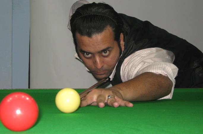 Jeet Kishore Das goes for a putt at the CSA All-Orissa Open Snooker Tournament in Bhubaneswar on April 25, 2009.