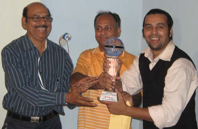 <b>Jeet Kishore Das </b>(Right) receives the winner`s trophy at the CSA All-Orissa Open Snooker Tournament in Bhubaneswar on April 26, 2009.