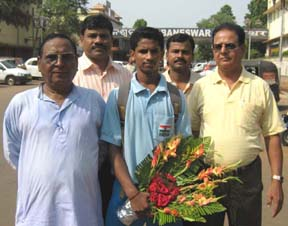 Youth international <b>Rabindra Murudi</b> with officals of Orissa Volleyball Association in Bhubaneswar on May 2, 2009.