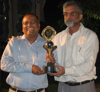 Men`s champion <b>Devesh Sinha</b> (L) receives his trophy from golf captain <b>Bhumi Mohanty</b> at the BGC season-ending tournament in Bhubaneswar on May 2, 2009.