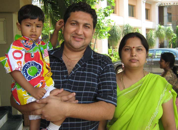 Orissa chess player <b>Krishan Soni</b> with his wife and son at Bhubaneswar on <b>June 11, 2009.