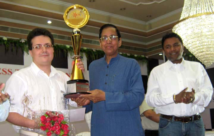 SCS Open GM Chess Tournament champion <b>Yuri Drozdovoskij</b> (left) receives his trophy from Rajya Sabha Member Pyari Mohan Mohapatra in Bhubaneswar on <b>June 14, 2009.
