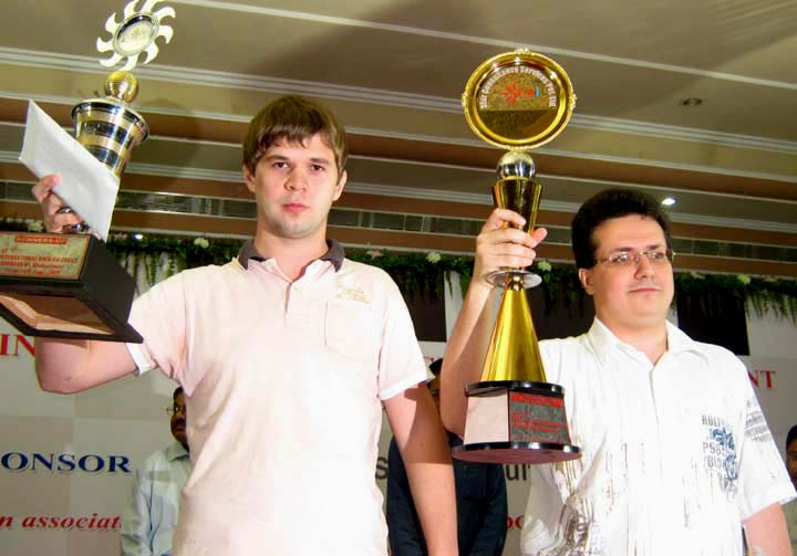 GM Chess Tournament champion <b>Yuri Drozdovskij </b>(right) and runners-up <b>Igor Kurnosov</b> with their prizes in Bhubaneswar on <b>June 14, 2009.