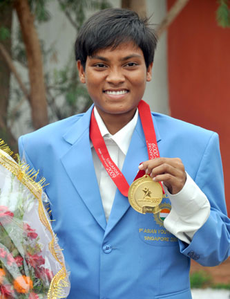 <b>Namita Kabat</b> displays her Asian Youth Games gold medal in Bhubaneswar on <b>July 5, 2009</b>