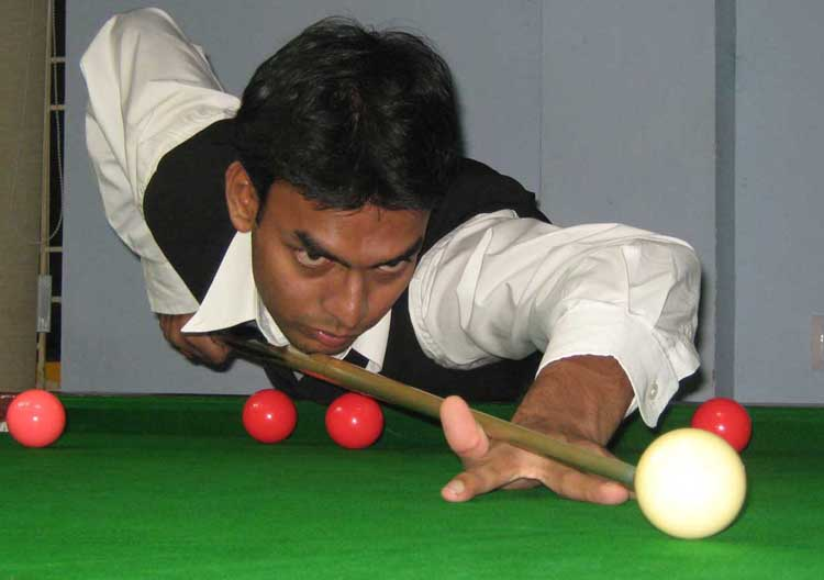 <b>Nishat Biswal </b>attempts a putt at the State junior snooker championship in Bhubaneswar on <b>July 28, 2009.