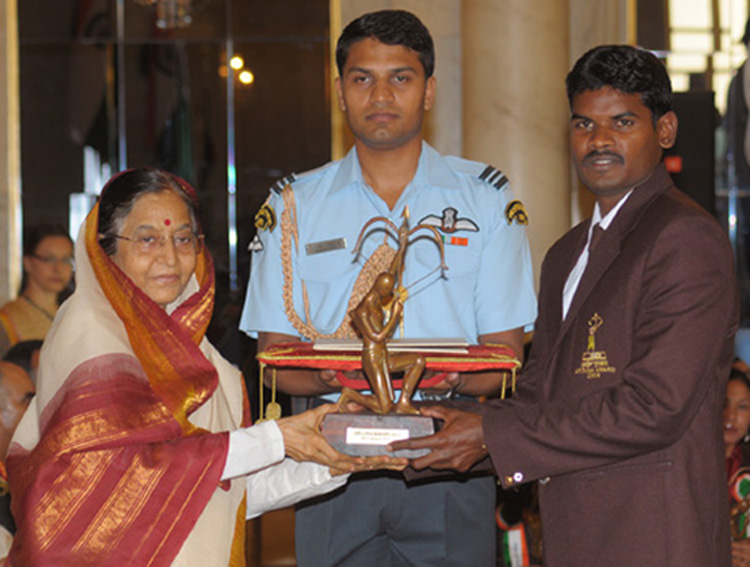 President, <b>Pratibha Devisingh Patil </b>presents the Arjuna Award to <b>Ignace Tirkey </b>for Hockey at Rashtrapati Bhawan in New Delhi on <b>August 29, 2009.