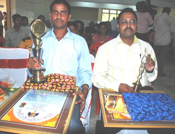 <b>Basant Mohanty</b> (Left) and <b>Arun Kumar Basa </b>with the Saroj Mahasuara Memorial Awards in Bhubaneswar <b>on September 6, 2009.