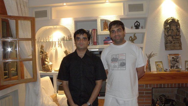 <b>Satyapragyan</b> meets <b>V Anand</b> at the latter`s residence in Madrid on <b>August 15, 2009</b>