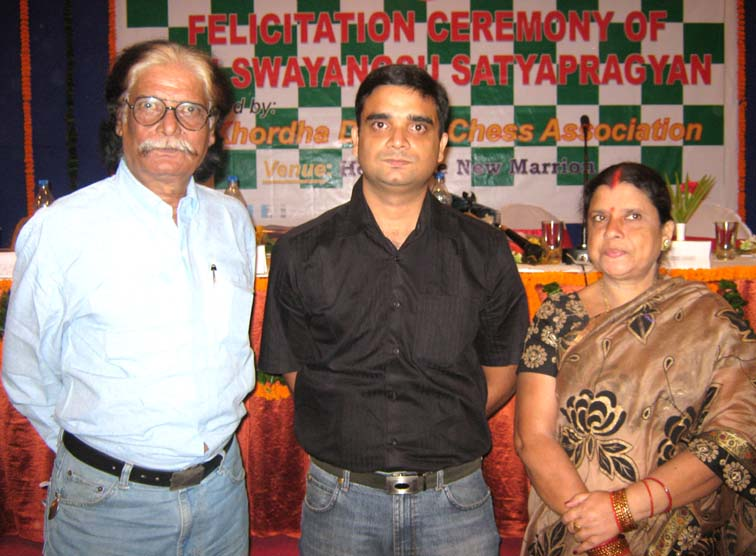 Orissa IM <b>Swayangsu Satyapragyan </b> with his parents at a felicitation function in Bhubaneswar on <b>Sept 23, 2009.