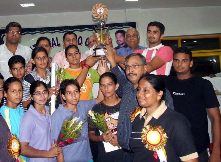 Haryana judokas lift the team trophy at the Junior National Championship in Bhubaneswar on </b>Oct 3, 2009.