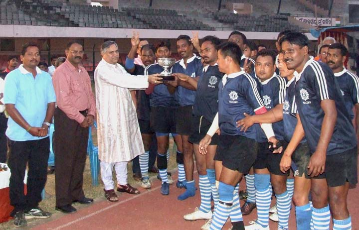 Kolkata Police team receives the runner-up prize at the Callaghan Cup All-India Division-II Rugby Tournament in Bhubaneswar on <b>Oct 29, 2009.