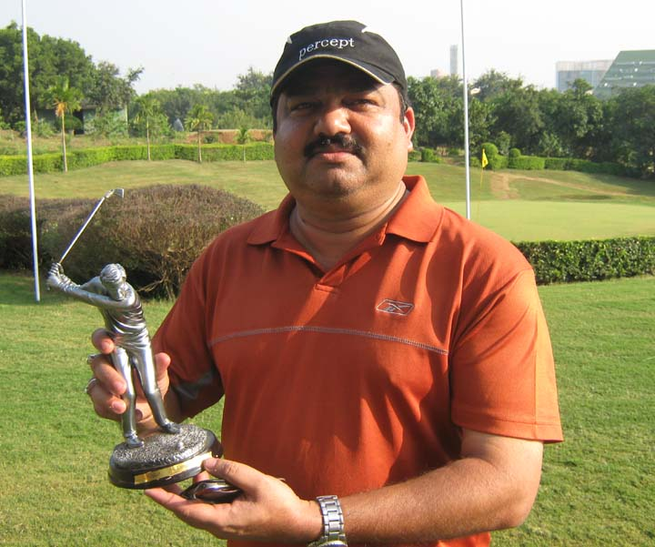 Rajnish Das with his prize at the CII Eastern Region Golf Tournament in Bhubaneswar on <b>Oct 31, 2009.