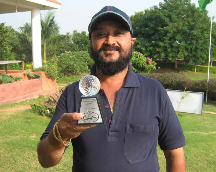Ranjit Singh with his prize at the Signature Club Eastern Zone Golf Tournament in Bhubaneswar <b>on Nov 22, 2009.